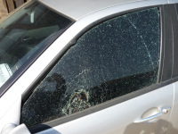 Alfa 156 - rozbité okno autofólie drží pohromadě